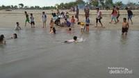 Muara sungai yang jadi favorit anak-anak untuk berenang