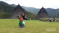 Bermain-main dengan anak-anak di Desa Wae Rebo