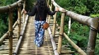 Ada jembatan tradisional yang menuju Desa Wae Rebo