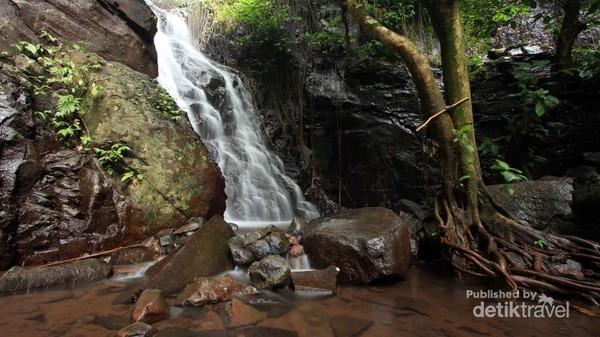 Sesuai namanya, air terjun ini mengalir pada batu berundak dan berlapis-lapis