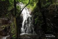 Cantik kan, air terjun ini berada di kaki Gunung Anjasmoro