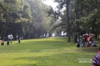 Hamparan rumput yang hijau dan pepohonan yang rindang membuat tempat ini sangat nyaman.