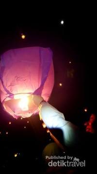 Kegembiraan yang sederhana dengan menerbangkan Lampion