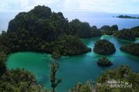 Air biru dengan nuansa hijau dan toska sejauh mata memandang