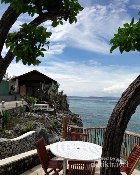 Saat cuaca sedang cerah, pantulan warna air dan birunya langit menambah pesona cantiknya Tanjung Bira.