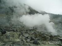 Kawah Domas dengan asap-asap yang mengepul. Sungguh Eksotis.