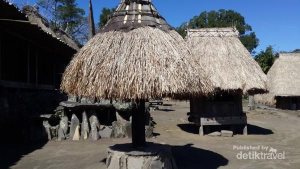 Ngadhu merupakan simbol dari leluhur laki-laki