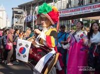 Perwakilan dari negara tetangga, Korea. Lengkap dengan busana dan alat musik tradisional.