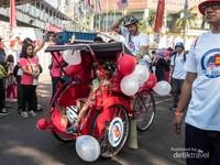 Perwakilan dari Amerika dengan becak. Salah satu moda transportasi tradisional di sebagian wilayah Indonesia.