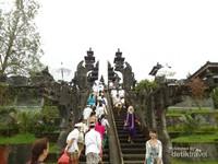 Pintu gerbang di salah satu Pura di Pura Besakih dengan ukiran naga