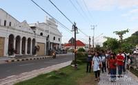 Menikmati suasana sekitar Padang
