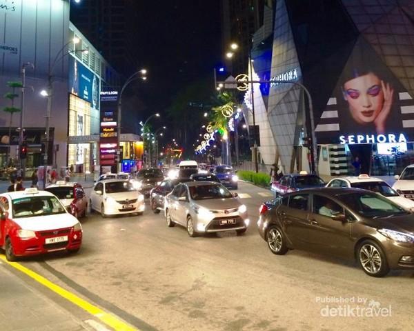 Suasana jalanan di kala malam