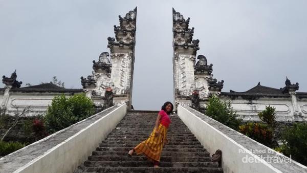 Gapura menuju Pura Penataran Agung Lempuyang. Indah.