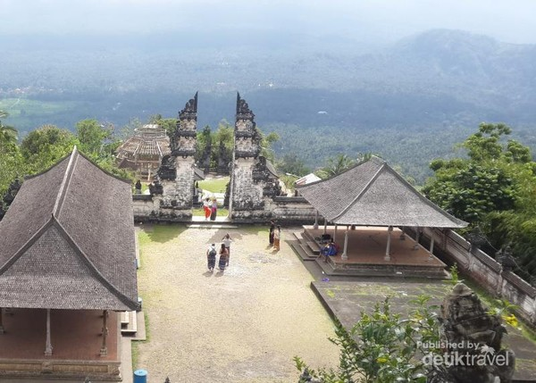 Pura Lempuyang menawarkan pemandangan yang sangat menakjubkan. Apabila cuaca bagus Gunung Agung akan terlihat jelas.