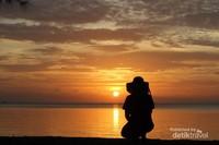 Menikmati saat-saat matahari tenggelam