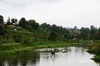 Wisatawan dapat menyewa perahu berkeliling di danaunya