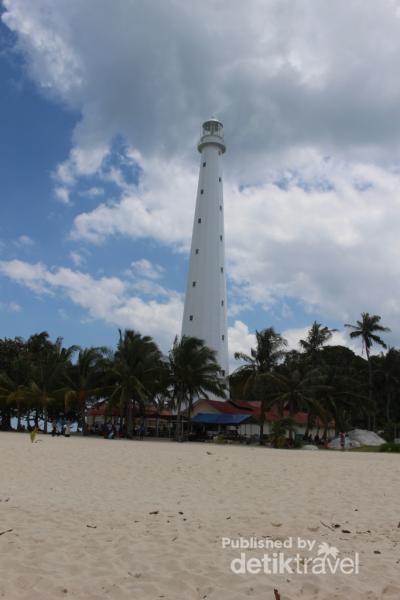 Mercusuar yang berdiri dengan gagah menjadi landmark pulau ini.