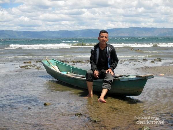 Adikku berfoto di atas perahu