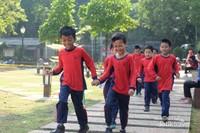 Anak-anak SD asik berlarian di Taman Sempur