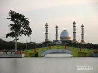 Masjid Agung H Ahmad Bakrie dari taman alun-alun