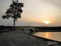 Senja di taman alun-alun