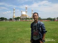 Saya berfoto di depan Masjid Agung H Ahmad Bakrie