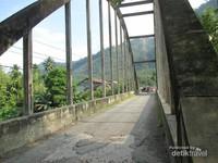 Di atas aliran Sungai Asahan juga terdapat jembatan tertua di Sumatera Utara, jembatan ini dibangun pada 1936 yang menghubungkan antara Kabupaten Toba Samosir dengan Kabupaten Asahan