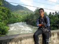 Berfoto dengan latar Sungai Asahan