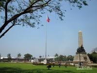 Monumen Jose Rizal dipisahkan Jalan Maria Orosa
