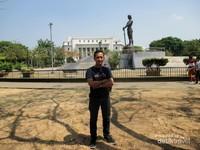 Saya berfoto dengan latar Monumen Lapu Lapu