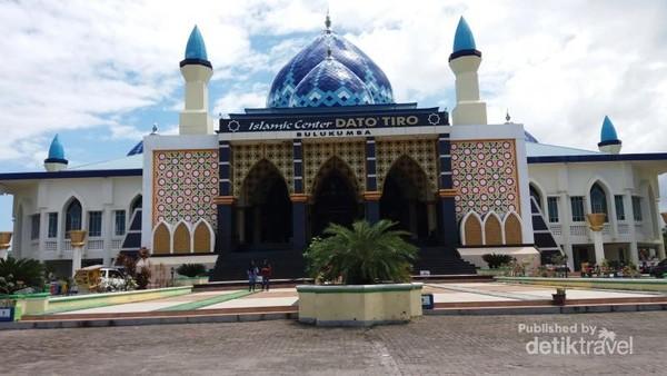 Perjalanan dari Makassar menuju Bulukumba, pasti akan melewati Mesjid indah ini
