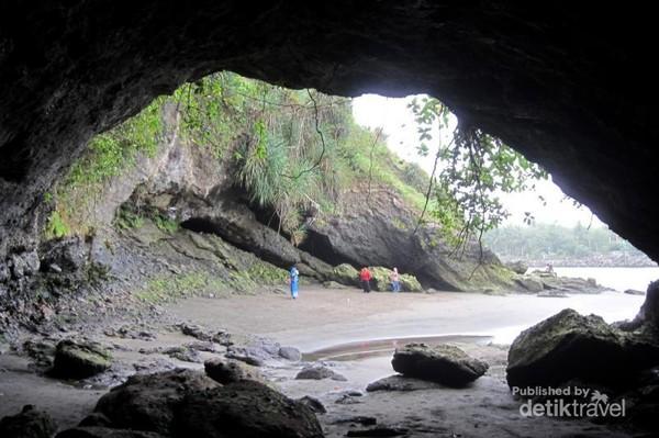 Karang yang membentuk sebuah gua di Pantai Karang Bolong. Letak pantai ini bersebelahan dengan Pantai Suwuk