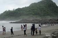 Pantai Suwuk merupakan salah satu yang paling terkenal di Kebumen selain Pantai Logending