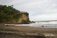 Watu Bale merupakan pantai yang lokasinya bersebelahan tepat dengan Pantai Pasir dan juga dekat dengan Pantai Lampon