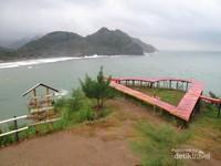 Pantai Lampon cocok dijadikan sebagai tempat berkemah juga terdapat beberapa objek foto yang menarik