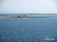 Vila yang keberadaannya menjorok ke lautan membuat suasana semakin indah