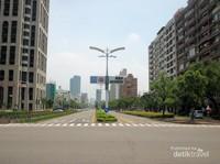 Suasana kota yang lenggang memang asyik buat bersepeda