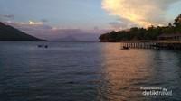 Pulau Hiri dilihat dari Pantai Jikomalamo