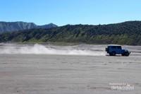 Jeep melintas diantara pasir berbisik