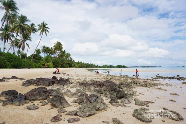 Cantiknya Pantai Obak pada saat surut dengan batuan karang yang menyebar