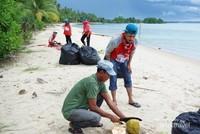 Istirahat siang hari sembari minum air kelapa yang segar dan manis rasanya