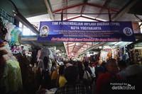 Begini kondisi ramainya pengunjung yang bewisata sekaligus berbelanja di pasar tradisional yang cukup terkenal