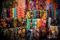 Kain-kain batik yang dipajang dengan berbagai motif dan berharga variatif
