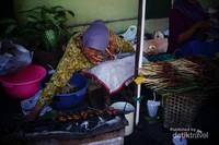Di area pasar, terdapat banyak jajanan makanan tradisional yang dijajakan pedagang