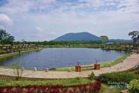Berlatar Gunung Bintan yang tampak cantik sekali