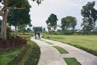 Taman yang dibuat membuat pengunjung betah berada di area ini