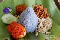 Jika bosan dengan warna nasi yang biasanya, di sini kita dapat menemukan nasi biru yang bisa menjadi alternatif pengisi perut