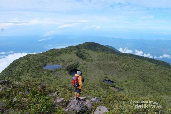 13 telaga/ talago dapat kita lihat dari puncak Talamau.