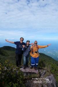 Kami akhirnya sampai di puncak trertinggi Sumatera Barat