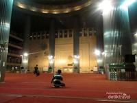 Bagian dalam masjid yang megah